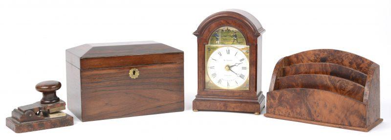 Een bureau-ensemble, bestaande uit een kistje, een klokje, eenbrievenhouder en een droogstempel met de initialen 'J J'.