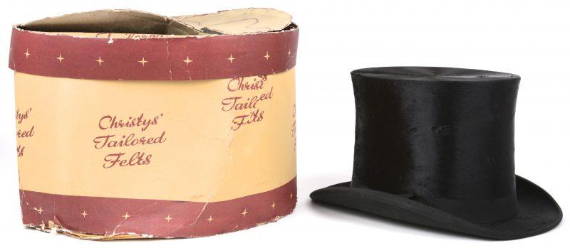 Een Engelse hoge hoed van zwart vilt. Aangekocht bij Delvigne in Antwerpen. In (beschadigde) hoedendoos.