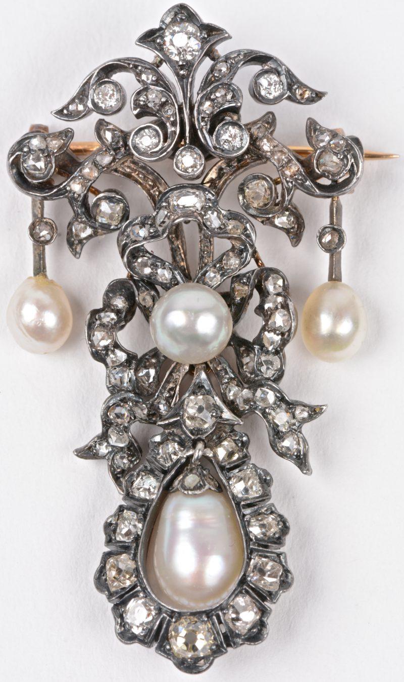 Een 18 karaats wit gouden gerodeerde broche bezet met diamanten oude slijp in zilver gezet met een gezamenlijk gewicht van ± 1 ct. Omstreeks 1880.