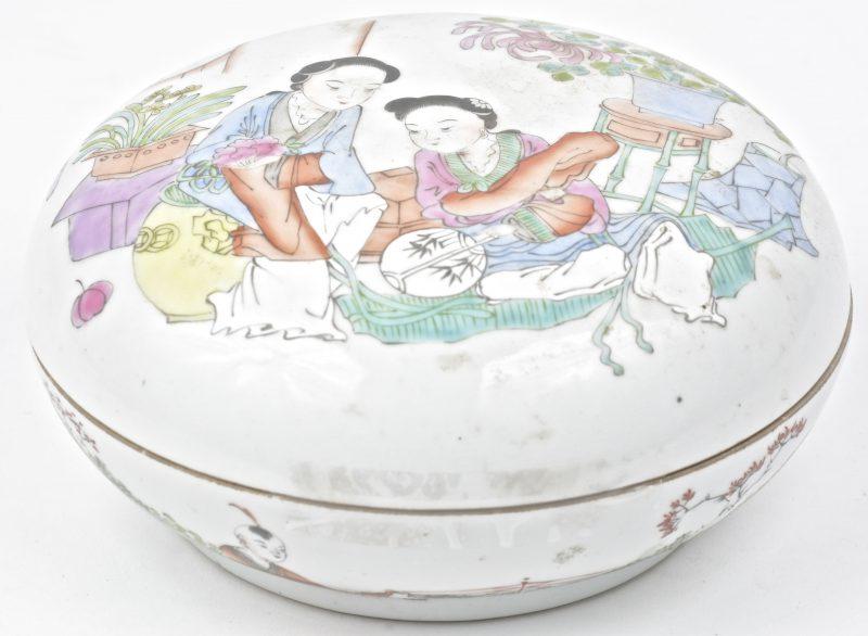 Een Chinees porseleinen zalfpot met een huiselijke scéne op het deksel. Onderaan gemerkt