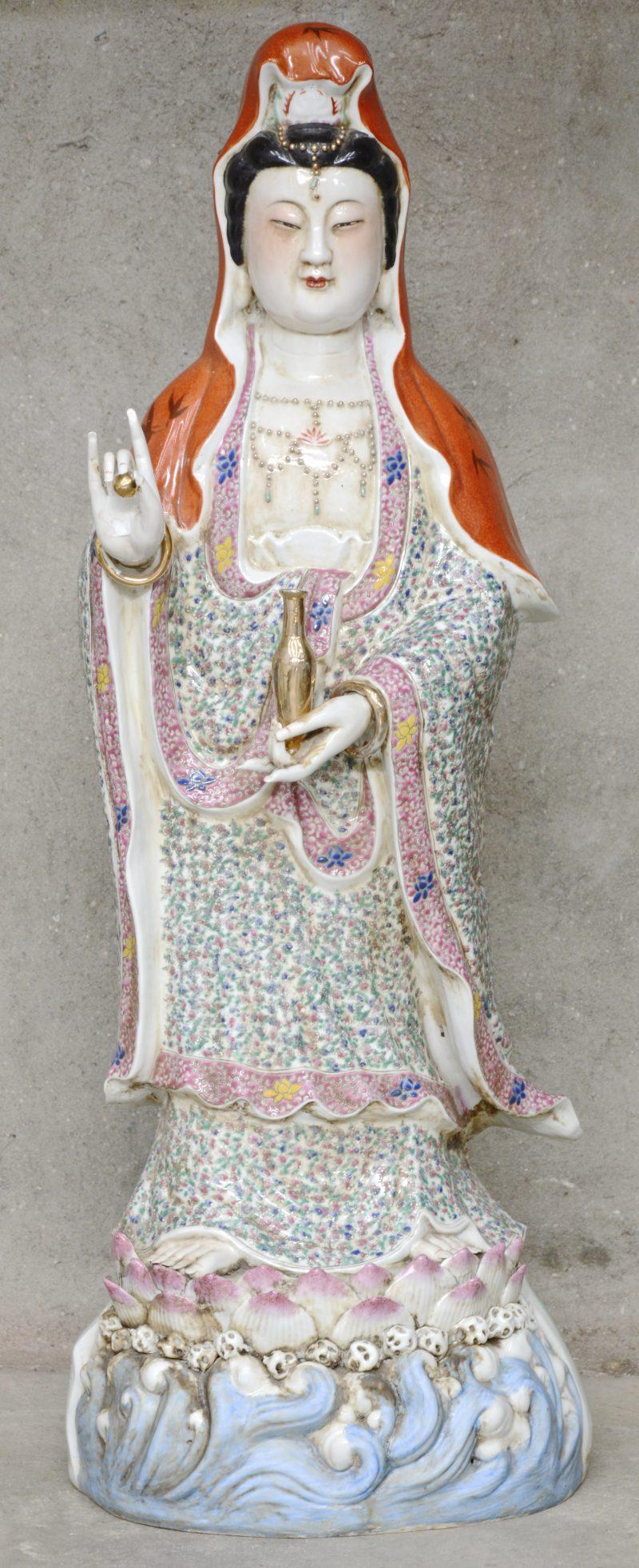 Een Chinese porseleinen polychrome Quan Yin.