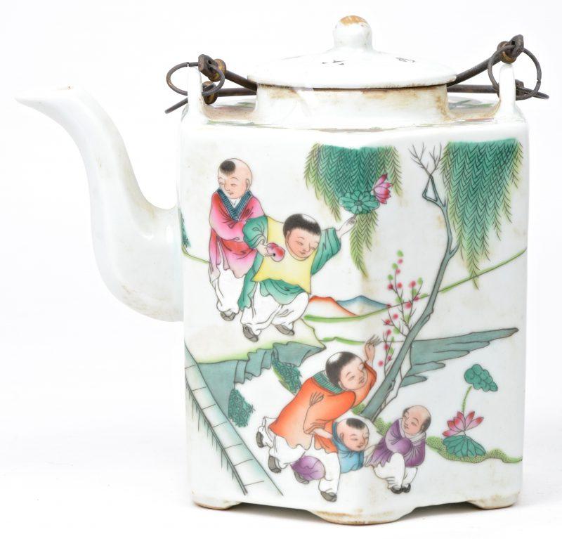 Een zeshoekige theepot in Chinees porselein met een decoratie van spelende kinderen en tekst. Onderaan gemerkt.