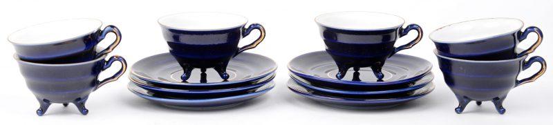 Een set van zes kopjes en schoteltjes in blauwgeglazuurd porselein met vergulde accenten. Onderaan gemerkt: ' jlmenau. graf von Henneberg Porzellan 1777' licht letsel aan de rand van één van de kopjes.