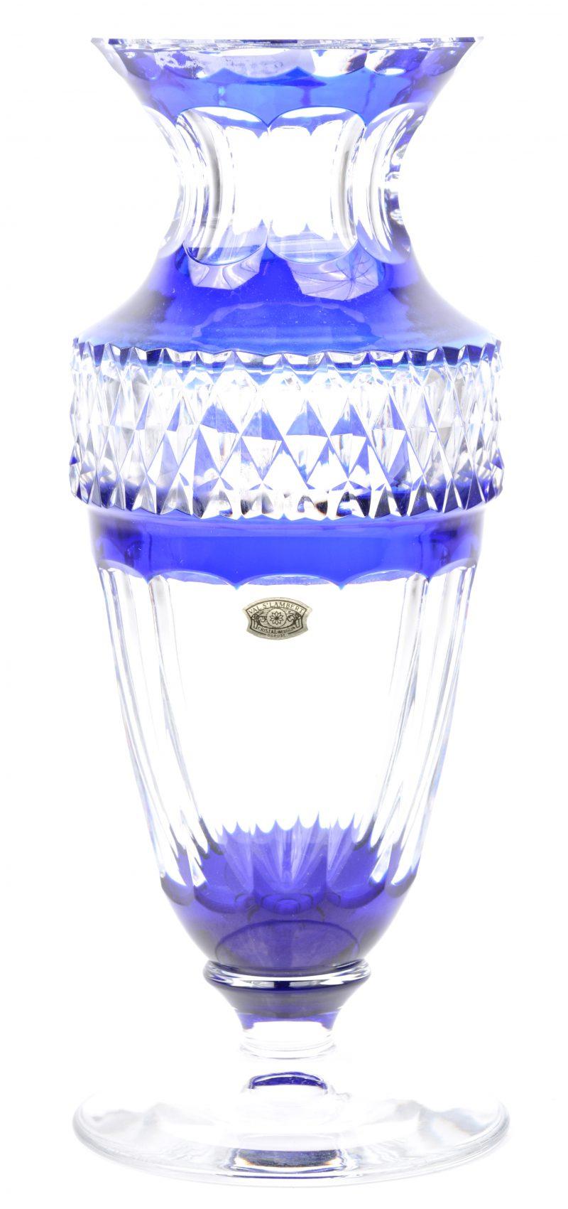 Een vaas van geslepen blauw en kleurloos kristal op voet. Onderaan gemerkt en met label.