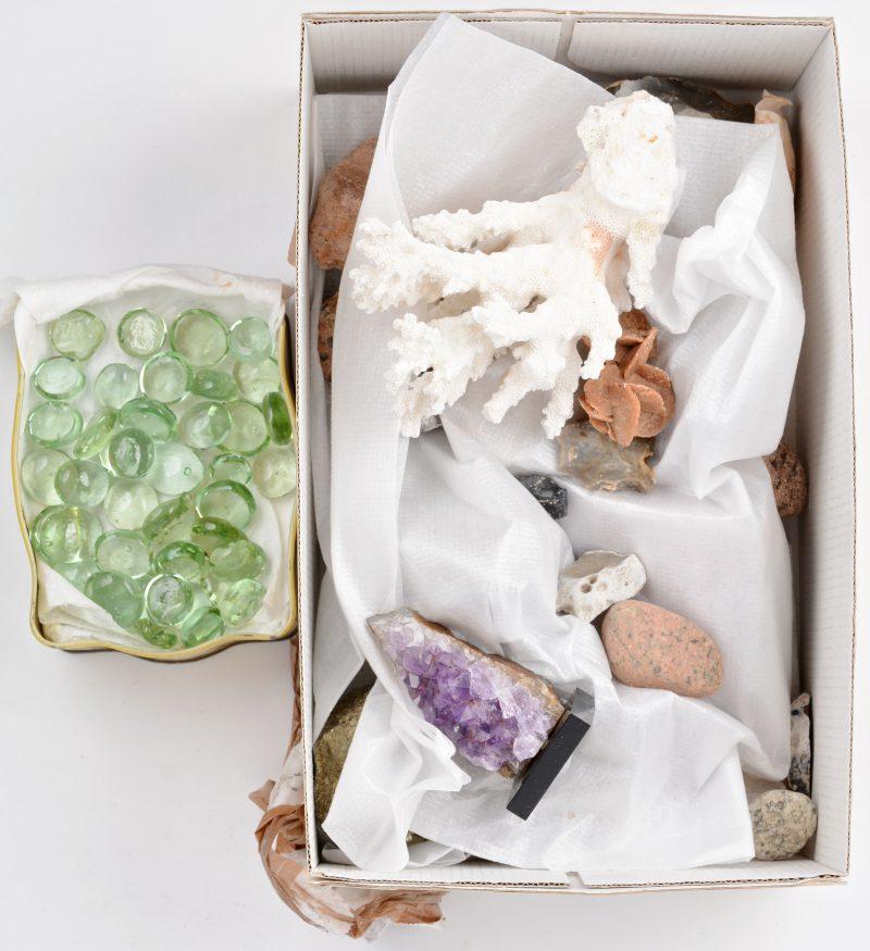 Een gevarieerd lot mineralen, gesteenten e.a., waaronder amethist en pyriet, een zandroosje, een schelp, een stuk koraal en een groot aantal glazen kraaltjes.