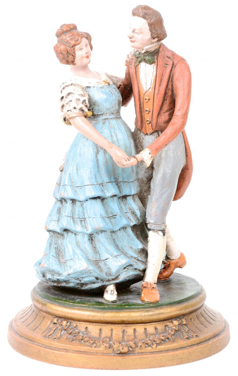 """""""Dansend paar"""". Een groepje van gepolychromeerd terracotta. Gesigneerd. Handje gerestaureerd."""