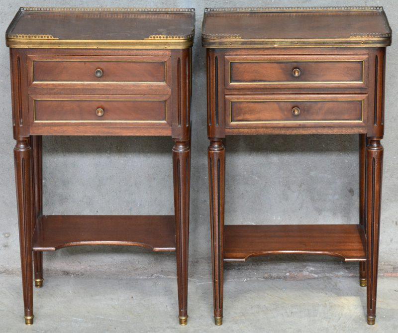Een paar notenhouten nachtkastjes in Lodewijk XVI-stijl met twee laden.