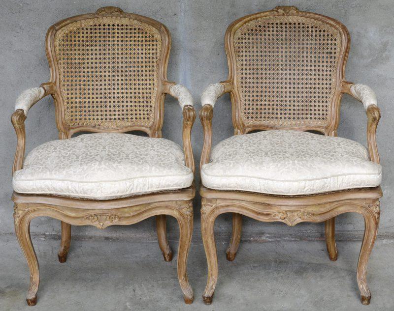 Een paar Lodewijk XV armstoelen met gevlochten zit en rug.