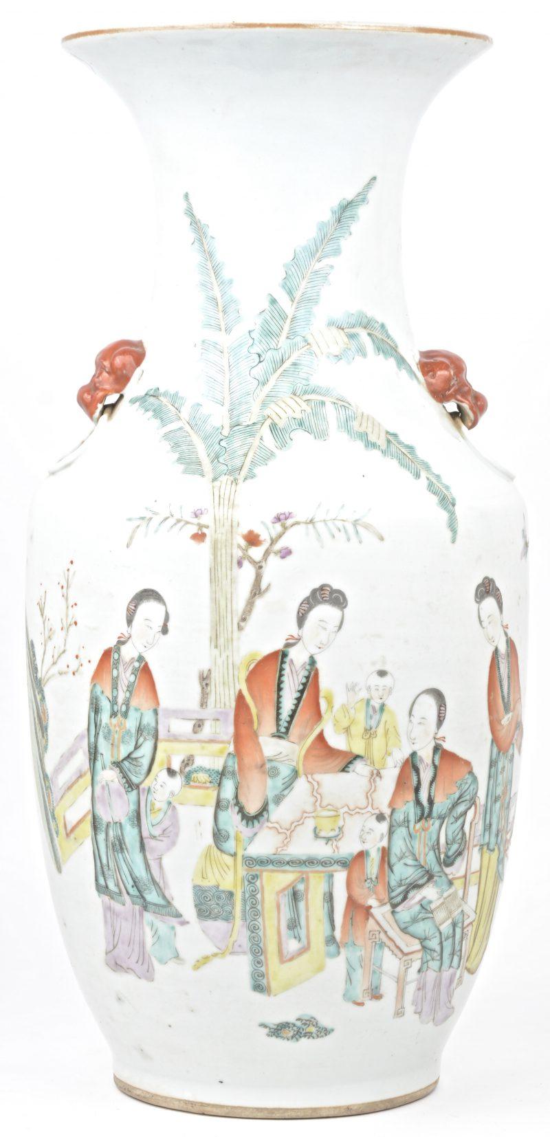 Een balustervaas van Chinees porselein met een meerkleurig decor van personages in een tuin.