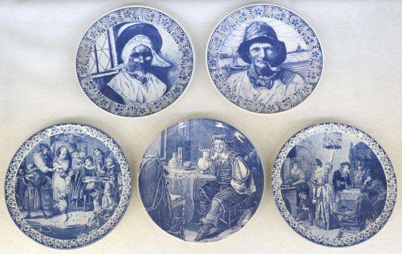 Een reeks van vijf sierschotels van blauw en wit aardewerk met decors van werken van o.a. Jan Steen en Francois Mieris. Allen gemerkt.