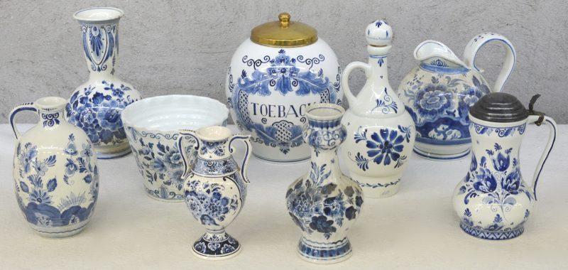 Een lot blauw en wit Delfts plateel, bestaande uit drie vazen, een cahcepot, twee kruiken, een schenkkan, een klepkan en een tabakspot. Diverse merken.