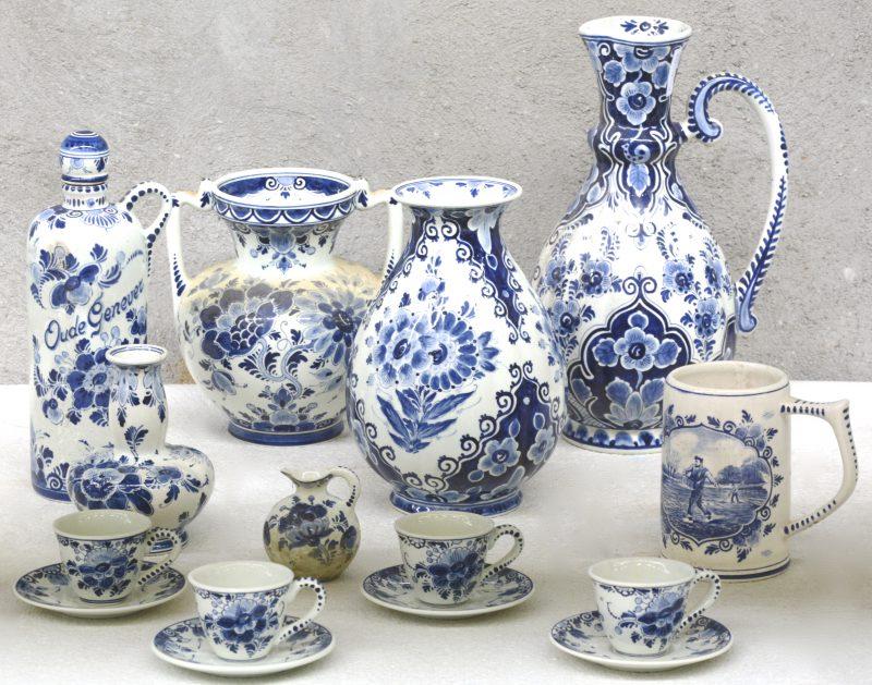 Een lot blauw en wit plateel, bestaande uit vier verschillende vazen (één met kleine restauratie), een bierpul, een klein kannetje (schilfer), een jeneverfles en vier kopjes met ondertasjes. Allen gemerkt.