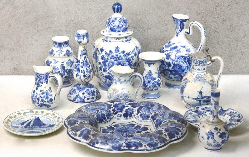 Een lot Delfts aardewerk, bestaande uit een klepkan, twee kannetjes, een kruik, vier verschillende vazen (één gerestaureerd), een dekselvaas (schilfer), een asbak, een bordje en een grote schotel. Allen gemerkt.