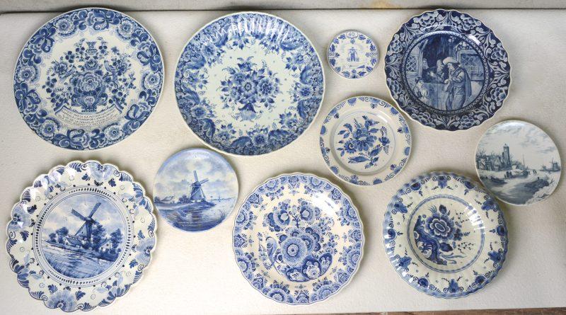 Een lot van tien verschillende schotels en borden van blauw en wit Hollands plateel. Verschillende merken.