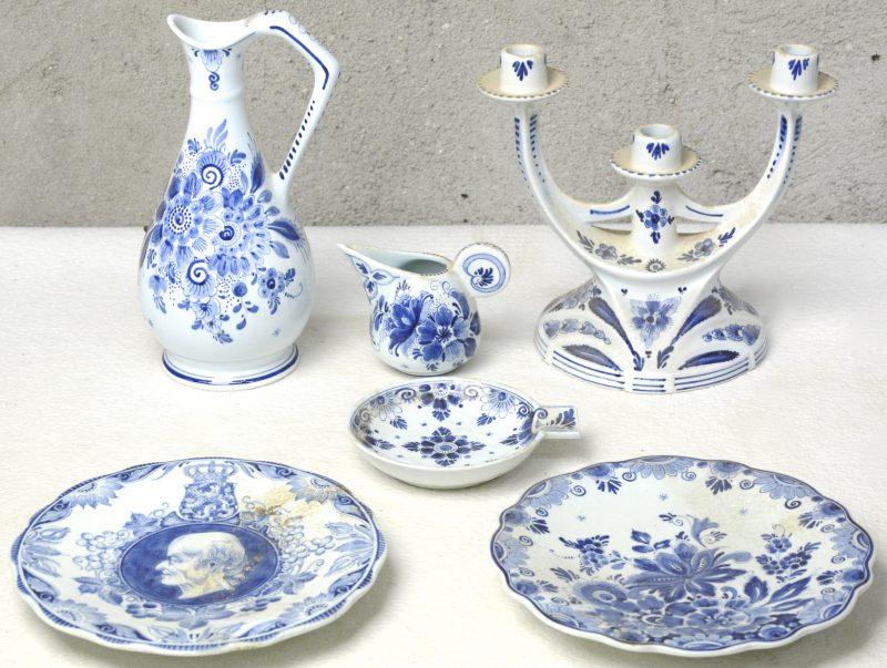Een lot blauw en wit plateel, bestaande uit een art nouveau kandelaar en kruik, een kannetje, een asbak en twee sierbordjes.