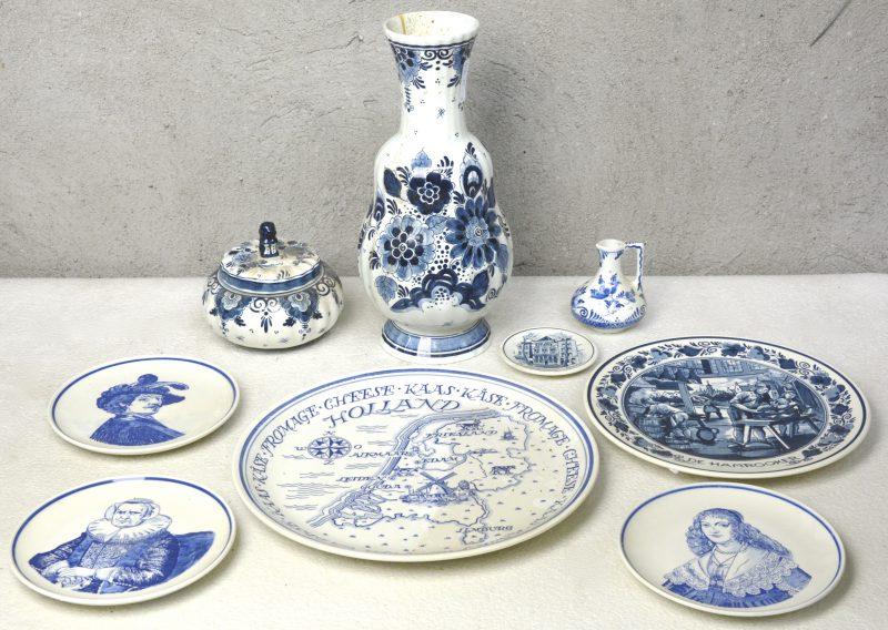 Een lot blauw en wit plateel, bestaande uit een bonbonnièere, een vaas, een kruikje, een kaasbord en vijf sierbordjes. Allen gemerkt.