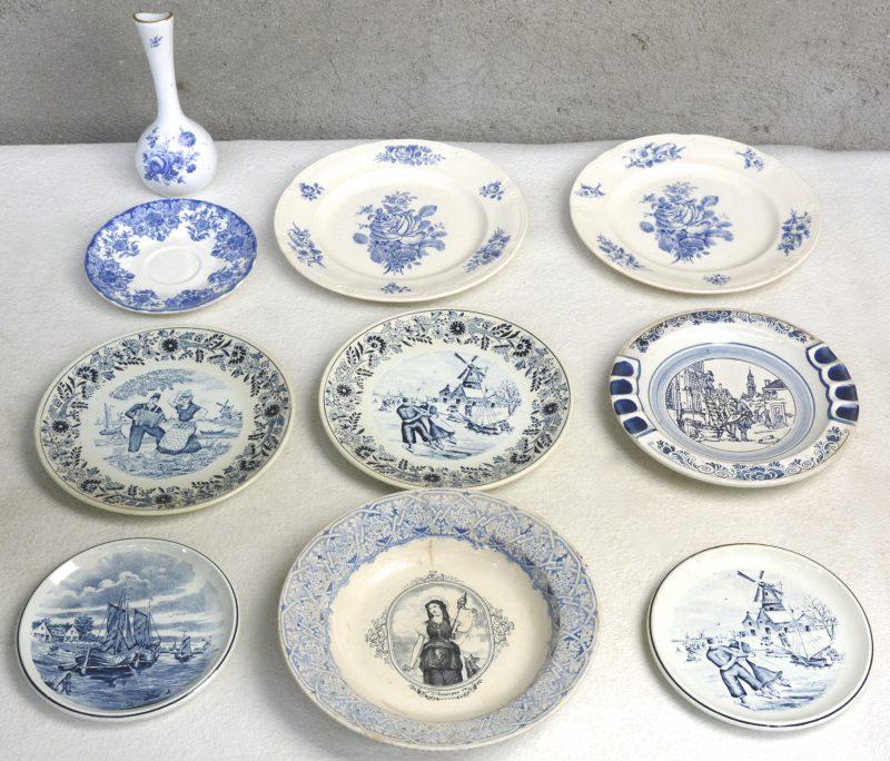 Een lot van negen borden van blauw en wit Belgisch aardewerk, o.a. gemerkt van Boch. We voegen er een vaasje van Brussels porselein aan toe.