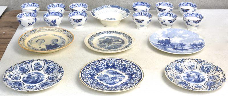 Twaalf kommetjes, een schaaltje en zes sierborden van blauw en wit Maastrichts aardewerk. Allen gemerkt.