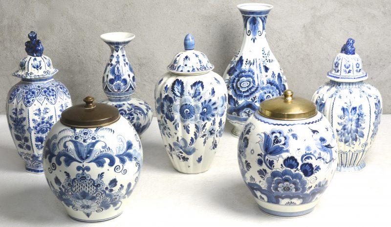 Een lot blauw en wit Hollands plateel, bestaande uit twee tabakspotten met messingen deksels, drie verschillende dekselvazen en twee vazen.