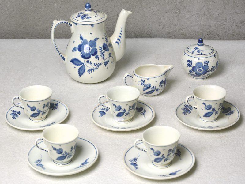 Een theeserviesje van blauw en wit Gouds plateel voor vijf personen. Onderaan gemerkt.