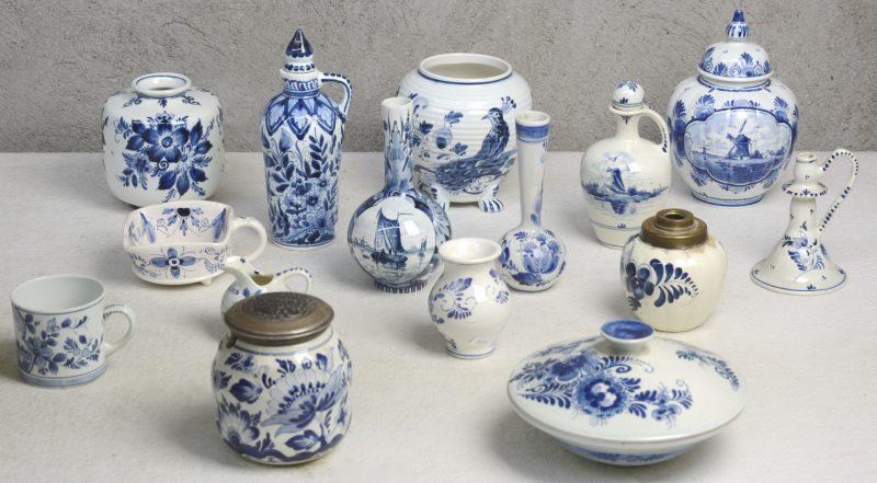 Een lot blauw en wit Hollands plateel, bestaande uit vaasjes, flesjes, kopjes, een bonbonnière, enz.