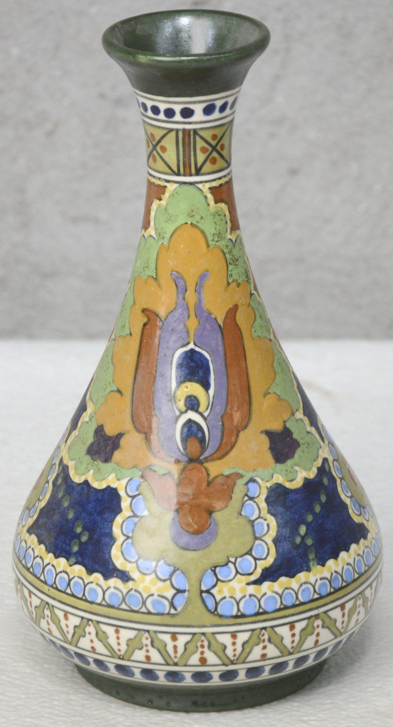 Een art nouveau vaasje van meerkleurig Gouds plateel. Onderaan gemerkt. Gaaf.