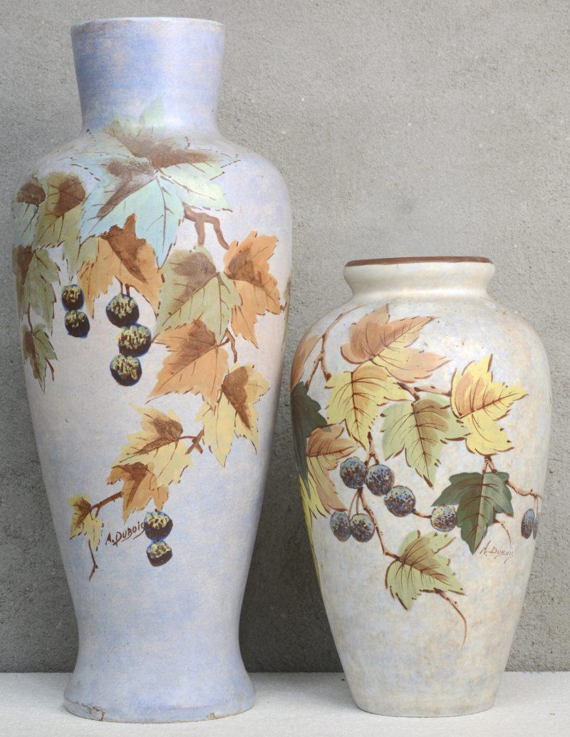 Twee vazen van Bergens aardewerk met meerkleurige bladerdecors. Beide gesigneer 'A. Dubois'. De grootste met kleine schilfer onderaan.