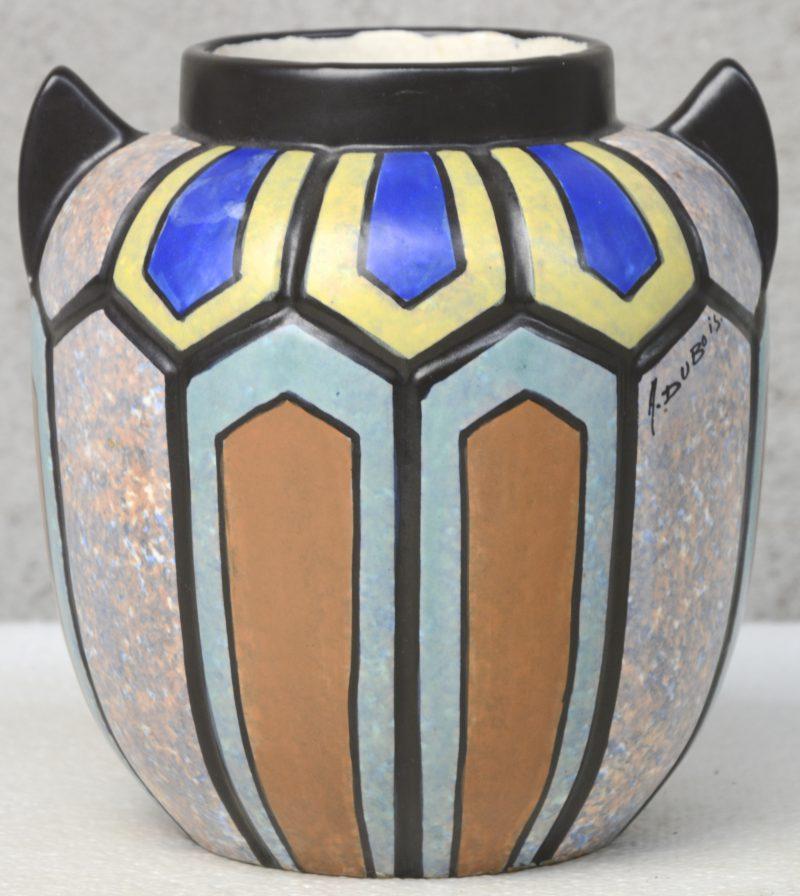 Een art deco vaas van meerkleurig aardewerk met een decor van A. Dubois. Onderaan gemerkt 'Mex' Decor 89. Jaren '20.
