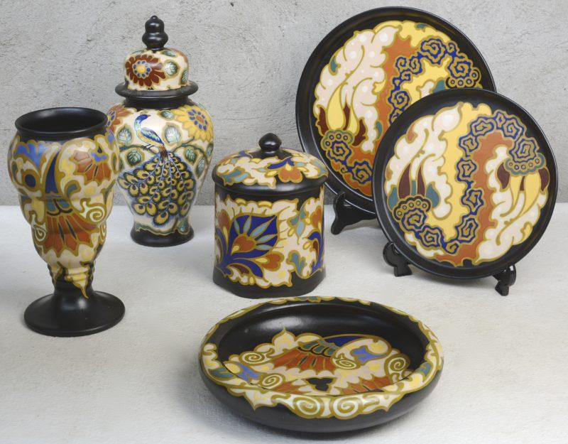 Een lot meerkleurig Gouds plateel, bestaande uit een voorraadpot (Sembi), een dekselvaas (Avisa), Een vaas op voet en een diepe schaal (Boston) en twee platte schotels (Gandia). Allen gemerkt onderaan.