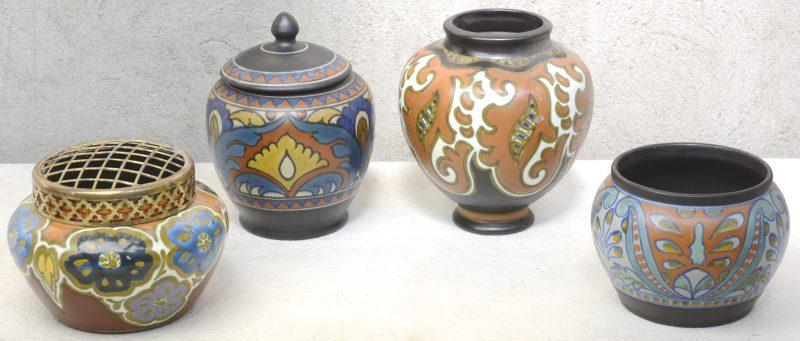 Een lot meerkleurig Gouds plateel, bestaande uit een vaas, een kleine jardinière, een pique-fleur en een tabakspot. Respectievelijke decors 'Nuba', 'Rialto', 'Jack' & 'Chardon'. Onderaan gemerkt.