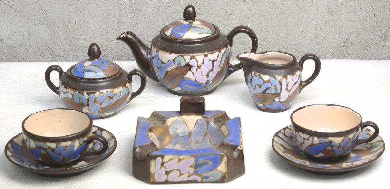 Een tête-à-tête van meerkleurig aardewerk. Onderaan gemerkt. We voegen er een asbak met hetzelfde decor aan toe.