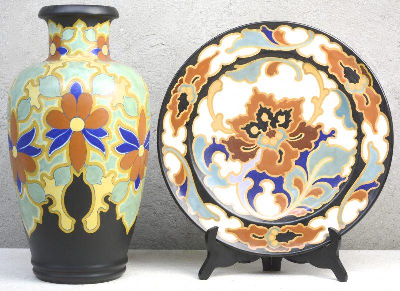 Twee stuks meerkleurig plateel, bestaande uit een vaas met decor 'Bochara' en een schotel met decor 'Rosario'. Onderaan gemerkt.