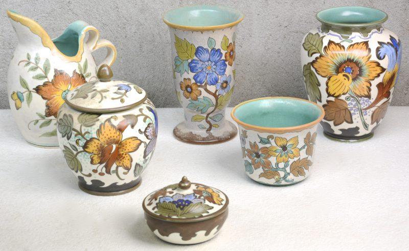 Een lot meerkleurig plateel van Gouda, bestaande uit een schenkkan, twee verschillende vazen, een kleine jardinière, een dekseldoosje en een tabakspot.