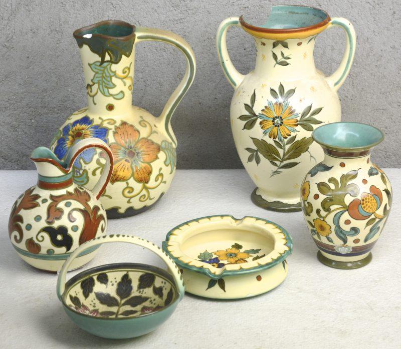 Een lot Gouds plateel, bestaande uit twee vazen, twee kannen, een asbak en een mandje. Onderaan gemerkt.