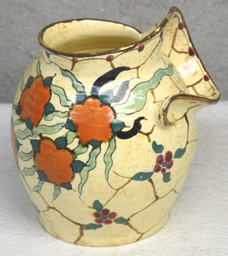 Een vaas van meerkleurig Gouda-aardewerk met decor 'Morena'. Onderaan gemerkt.