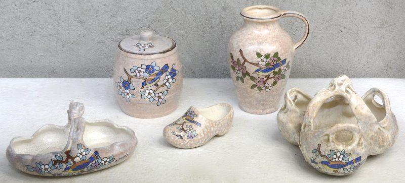 Twee designcoupes, een kan,  een klompje en een tonvormige tabakspot van meerkleurig aardewerk met decors van vogels op bloeiende takken. Gesigneerd 'A. Dubois'.
