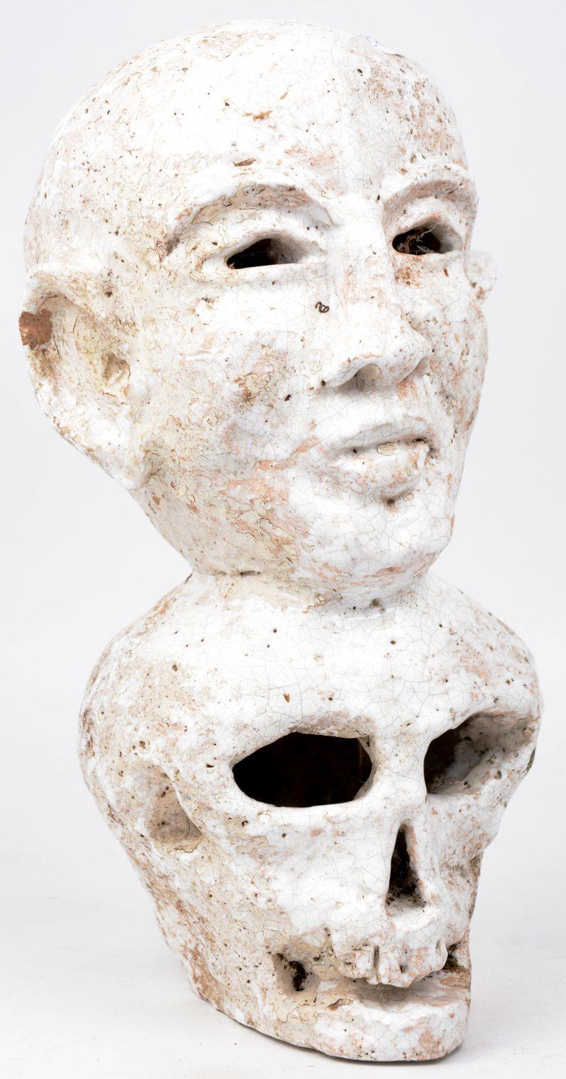 """""""Leven en dood"""". Een groep van wit geglazuurd aardewerk. Gemonogrammeerd 'RVS'."""