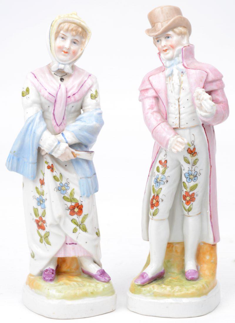 Een paar kleine porseleinen beeldjes van een man en een vrouw.