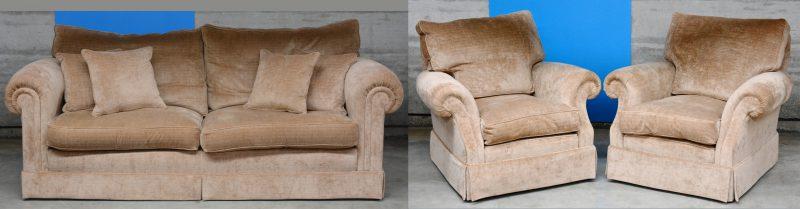 Een salongarnituur, bekleed met beige velours, bestaande uit een driezits sofa en twee fauteuils 100 x 100 x 90 cm. Nieuwstaat.
