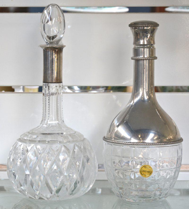Twee antieke karaffen waarvan één met zilveren afwerking 800‰ met Duitse keuren en één met tinnen montuur over de buik.