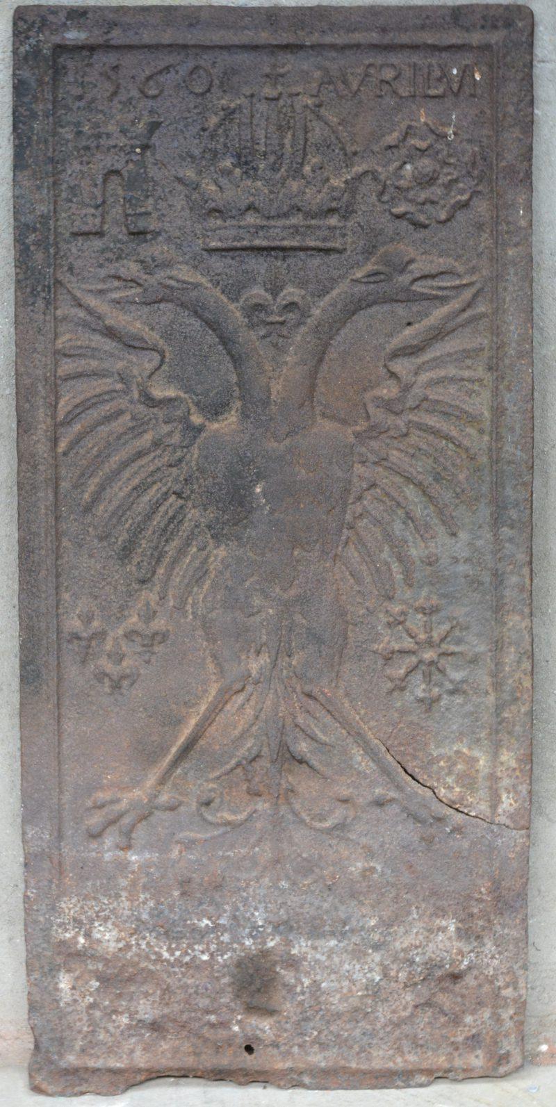 Een gietijzeren haardplaat met een Habsburgse adelaar. Gedateerd 1560.