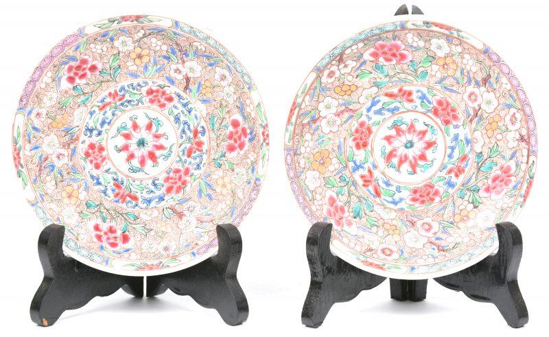 Twee kleine schoteltjes van Chinees porselein met een famille rose-decor.