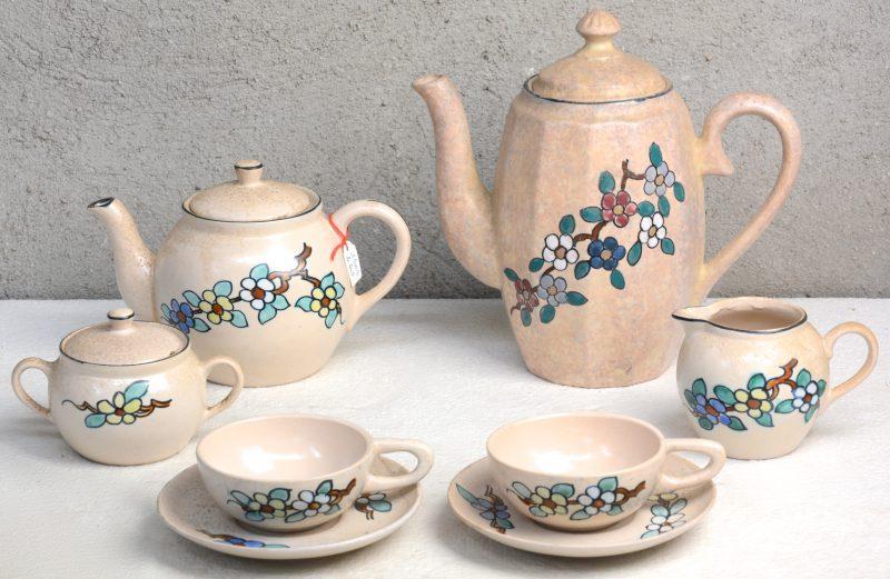 Een tête-à-tête van Bergens aardewerk met een meerkleurig decor van bloesemtakken. Bijgevoegd een licht afwijkende koffiekan.