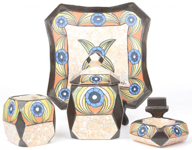 Een art deco pijprokersstelletje van meerkleurig aardewerk, bestaande uit een tabakspot, een potje en een asbak met luciferhouder op dienblad. Ontwerp van Antoine Dubois. Jaren '20.