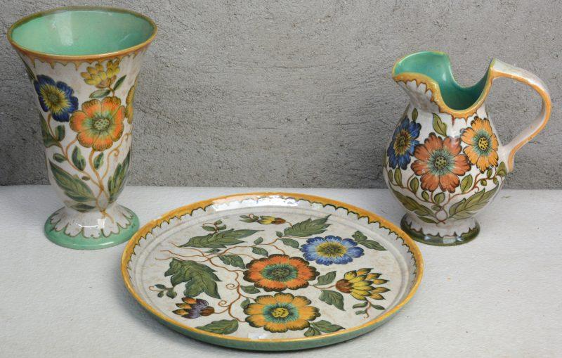 Een vaas, een schenkkan en een ronde schotel van meerkleurig Gouds plateel met glanzend glazuur. Decor 'Polo'. Onderaan gemerkt.