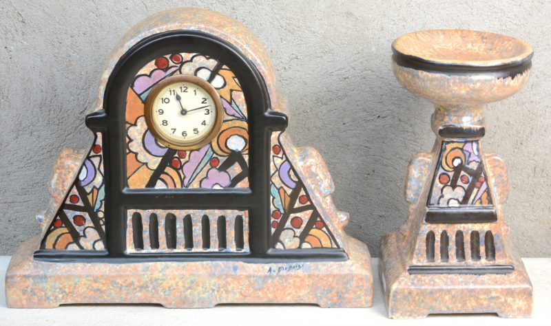 Een klokstel van meerkleurig aardewerk, bestaande uit een pendule en één cassolette met decors van A. Dubois.