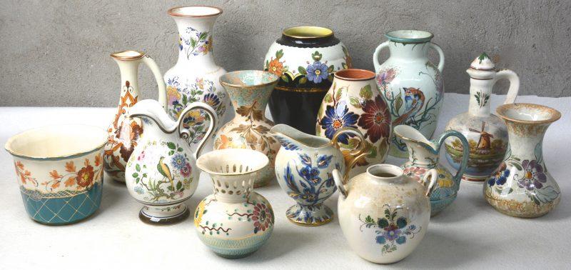 Een gevarieerd lot Gouds aardewerk met glanzend glazuur, bestaande uit kruiken, kannen en vazen.