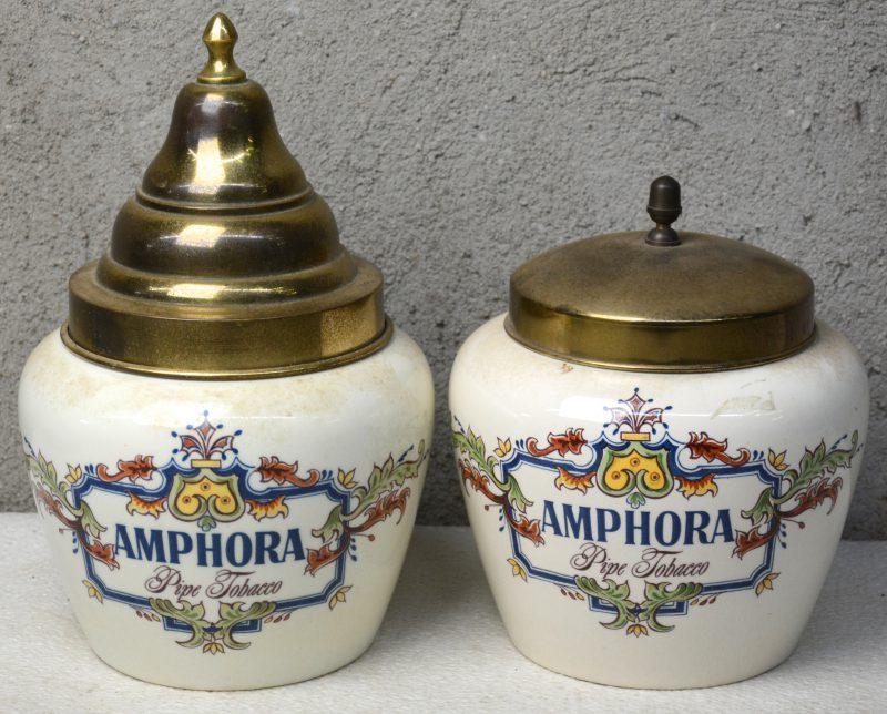 Twee aardewerken tabakspotten met meerkleurige decors en met messingen deksels. Onderaan gemerkt.