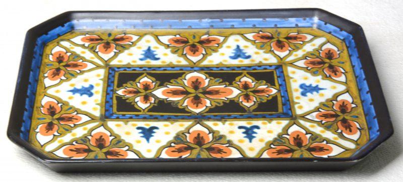 Een plateau van meerkleurig Gouda-plateel, versierd met een bloemendecor 'Blareth' van Maria Nieuwenhuizen. 1923.