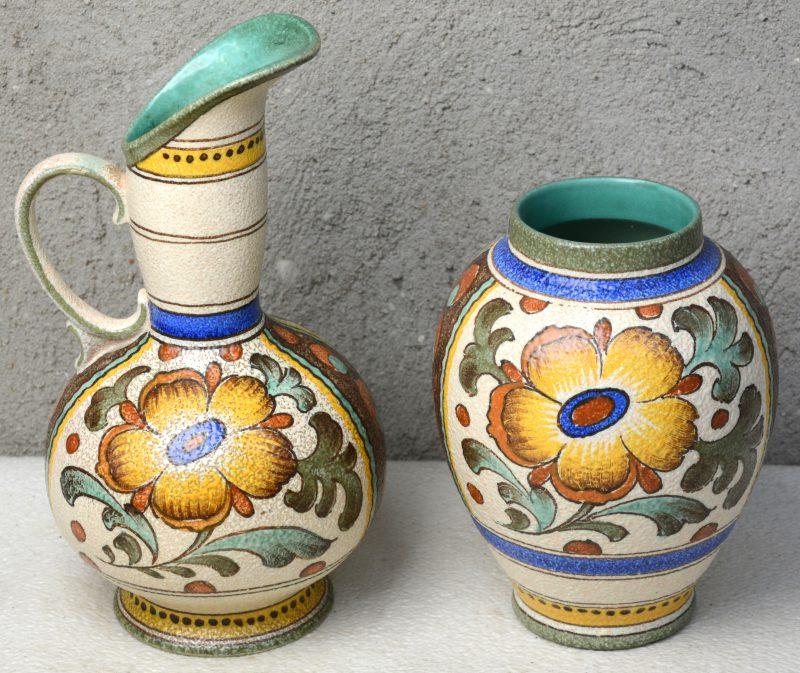 Een schenkkan en een vaas van meerkleurig Gouds plateel, versierd met decor 'Charmi'. Onderaan gemerkt.